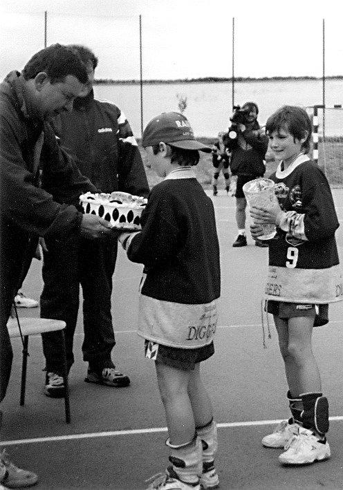 Před dvaceti lety předával legendární uherskohradišťský trenér Jiří Zerzáň ceny minižačkám HC ITS Uherské Hradiště na premiérovém ročníku pozdějšího slavného turnaje ITS Cup.