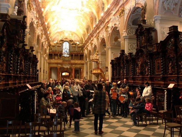 NOC KOSTELŮ. Velehradskou baziliku navštívilo v pátek večer 523 zájemců o prohlídku historického skvostu Moravy.
