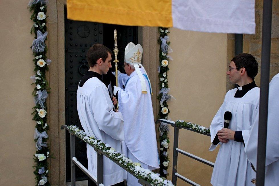 SVATÁ BRÁNA. Pečlivě nazdobenou bránu Roku milosrdenství otevřel v neděli do Královské kaple velehradské baziliky pomocný olomoucký biskup Josef Hrdlička.