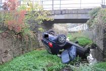"""Se zraněními v péči záchranářů skončila v Bojkovicích jízda osádky automobilu, jehož řidič po nezvládnutém manévru """"přistál"""" v korytě tamního potoka na střeše svého vozu. Dopravní nehoda se stala v pátek 26. října v 16.30 hodin."""