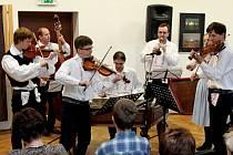 Muzikanti a zpěváci podpořili svým vystoupením charitativní koncert v městečku pod Buchlovem.
