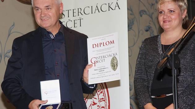 Zdeněk Tománek přebírá z rukou Marcely Habartové pečeť za nejlepší víno.