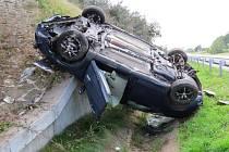 Obrovské štěstí v neštěstí měl v úterý 30. září jednačtyřicetiletý řidič. Když usnul za volantem, jeho ford následně vyletěl ze silnice a v saltech jen těsně minul betonový pilíř.