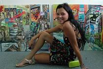 Devatenáctiletá malířka Klára Vystrčilová z Bánova vystavuje v galerii Maják.