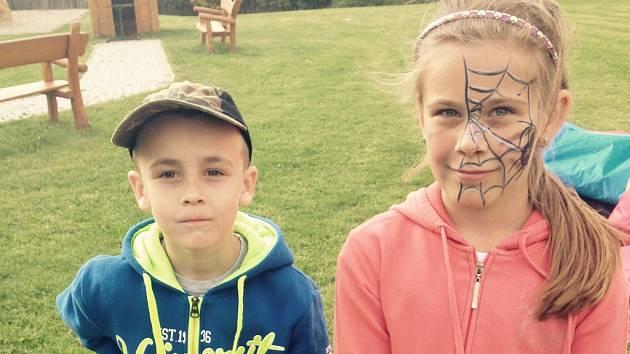 Pomáhat nesnáze těžké nemoci se šestiletému Matyáši snaží také jeho o dva roky starší sestra Aneta.