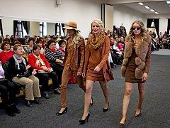 VBuchlovicích se uskutečnila první módní přehlídka Svatavy Kubešové, módní návrhářky, stylistky a majitelky módní značky Studio Charis.