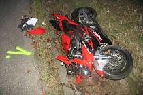 Tak vypadal motocykl po střetu, který řidiče málem stál život.