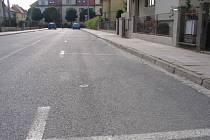 """Parkovací automaty byly ve středu """"oživeny"""" také na Kollárově ulici. Ta byla ve ve čtvrtek 18. června dopoledne téměř prázdná."""