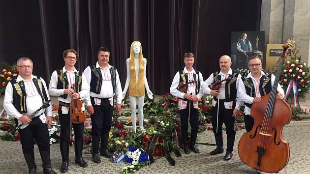 Se sochařem Olbramem Zoubkem se v Praze loučila také cimbálová muzika Olšava