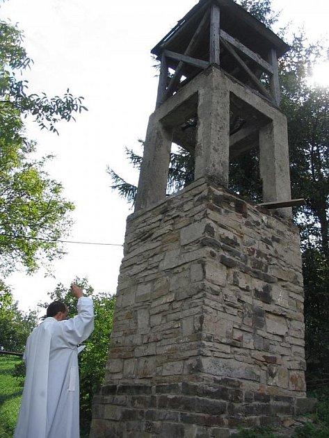 Milan Ruman světí původní zvonici.