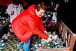 Květinářství jsou plné různých hřbitovních dekorací. Zákazníci mají z čeho vybírat.