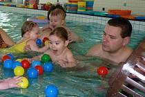 V DĚTSKÉM BAZÉNU. Strach malých dětí před vodou spolehlivě odbourá soustřední při hře.