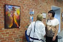 V galerii uherskobrodského Q studia uspořádali týdenní výstavu 34 obrazů, plastik a skleněných předmětů, po které bude následovat jejich dražba.