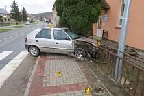 Cesta řidiče Felicie skončila v zábradlí před základní školou.