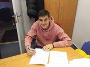 Osmnáctiletý rodák z Dolního Němčí David Jurásek podepsal ve Zbrojovce Brno první profesionální smlouvu.