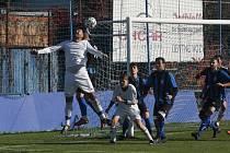 Fotbalisté Kunovic (bílé dresy) v posledním domácím zápase letošního roku podlehli Šumicím 1:3.