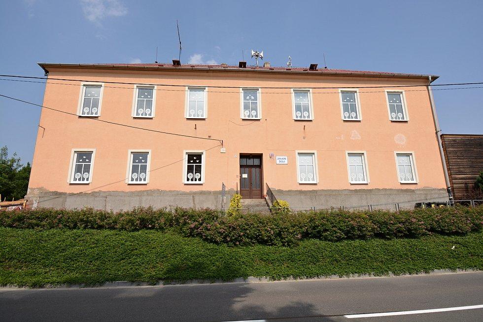 Na březích Svodnice leží Sazovice, vesnička má milená...  Kvůli nárůstu počtu dětí rozšiřují zdejší školu, snímek z 24. června 2021.