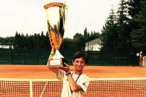 Josef Zapletal z TC Staré Město s pohárem pro mistra republiky mladších žáků, který vybojoval coby člen družstva TK Prostějov.