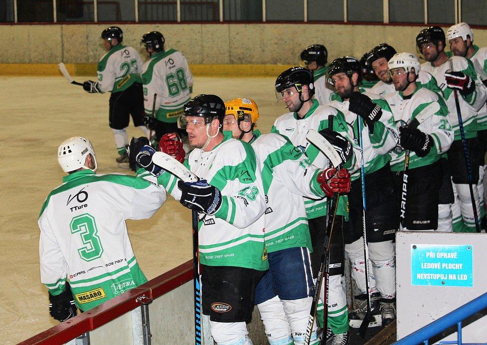 V semifinále playoff Okresní hokejové ligy Uherskohradišťska se v Uh. Hradišti utkaly domácí celek Shooters a Panthers Hodonín. Domácí (v bílém) vyhráli 5:4.