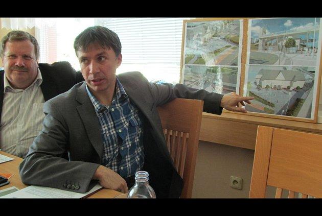 Starosta Patrik Kunčar ukazuje novinářům vizualizace uherskobrodského dopravního terminálu.
