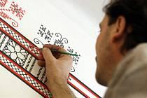 Ozdobnými ornamenty v podobě krojových výšivek vyzdobil  kulturní dům v roce 2016 ve Vápenicích tamní rodák a malíř Josef Gabrhel.