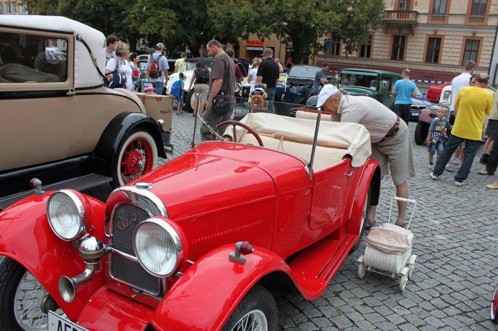 Bohumír Sedláček z Přerova vozí s sebou pro své vnuky kočárek a malou aerovku. Tu obdivují ale i jiné děti.