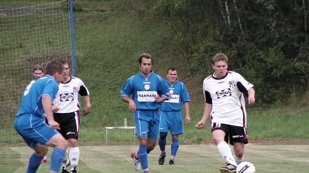 Dělbou bodů skončil duel úvodního kola krajského přeboru ve Valašském Meziříčí, kde se domácí tým (ve světlém) rozešel smírně s Morkovicemi (1:1).