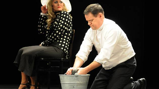 Poslední premiéra Slováckého divadla letošního roku je inscenace hry Felixe Mitterera V jámě lvové.