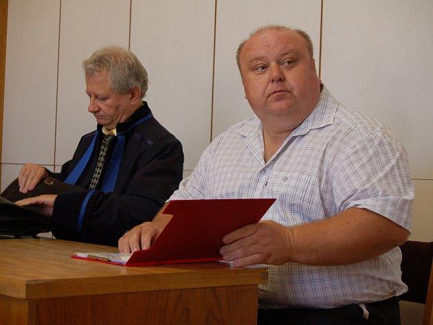 Exstarosta Mistřic Martin Ondroušek (vpravo) a jeho obhájce Vít Burša.