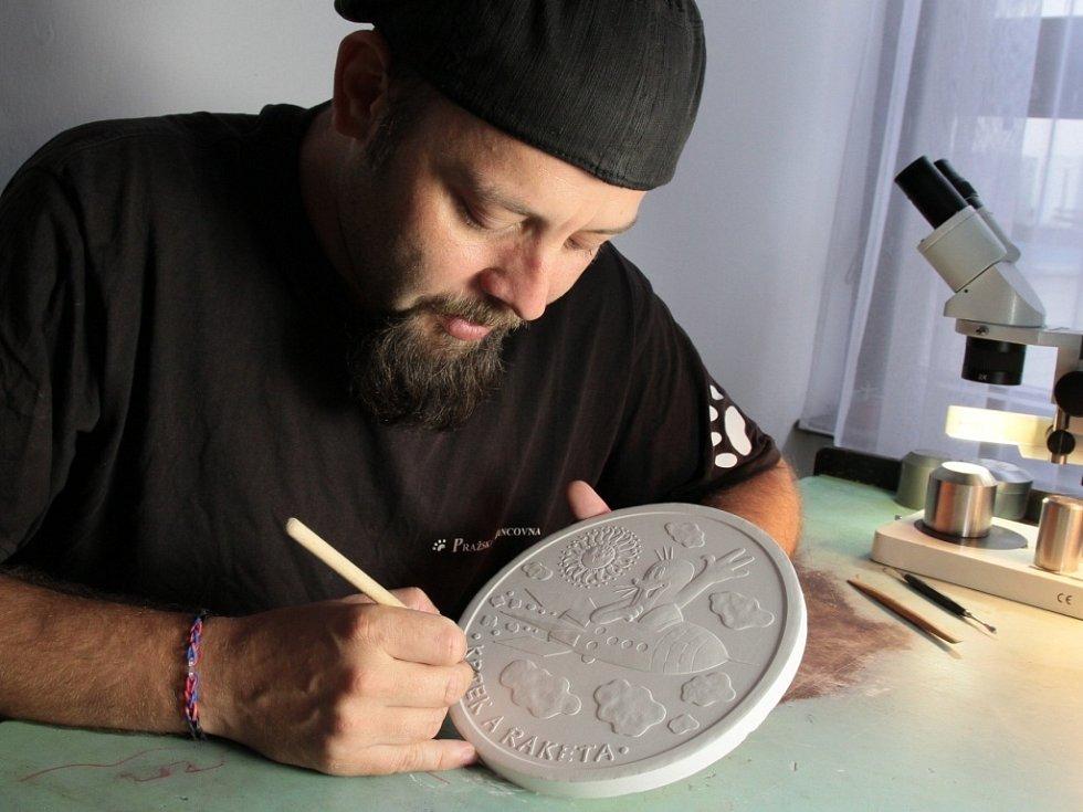 Miroslav Schovanec vyrábí sádrovou předlohu.