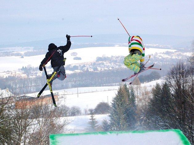 Svoje umění ve vzduchu předváděli vyznavači snowboardů a lyží.