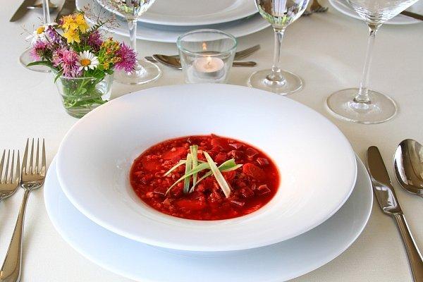 Králičí polévka spohankou a červenou řepou.