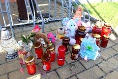 Několik plyšáků, dětské panenky, květiny a hořící svíčky. Vedle schodů vedoucích ke vchodovým dveřím bytového domu v Michalské ulici ve Starém Městě vzniklo pietní místo, kde lidé mohou vyjádřit svůj smutek nad zbytečnou smrtí ani ne tříleté holčičky, kte