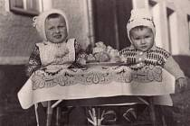 Kamarádky Jaruška a Helenka na svatbě v roce 1956.