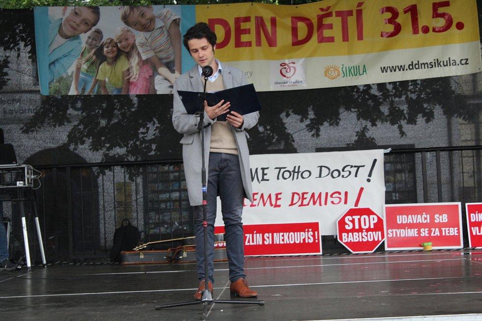 Ani série dešťových přeháněk nepřerušila v úterý 28. května na Masarykově náměstí v Uherském Hradišti protestní akci za nezávislost justice s názvem Máme toho dost. Chceme demisi! Zhruba čtyřicetiminutového setkání, které organizovaly občanské iniciativy