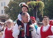 Průvod krojovaných vystartoval z Vinohradské ulice. Po dvoukilometrovém pochodu dorazili folkloristé na zaplněné Masarykovo náměstí. Na snímku Petr Gazdík se synem Martinem.