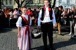 Masarykovo náměstí v Uherském hradišti se zaplnilo lidmi, vínoznalci, vinaři i hradišťským farářem Josefem Říhou, který přede všemi, i před sv. Martinem na koni požehnal letošním svatomartinským vínům.