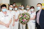 Speciální kytici od floristky Marie Hubíkové ze Sadů pro hrdiny z první linie – zdravotní sestry infekčního oddělení Uherskohradišťské nemocnice, předal šéfredaktor Slováckého deníku Pavel Bohun.