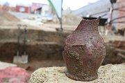 Archeologové odhalili v Uherském Brodě několik středověkých sklepů, jeden z nich pohřbil požár