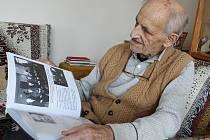 Vladimír Maděra, plukovník v záloze listuje materiály s Názvem Komu zvoní hrana – Heydrichiáda.