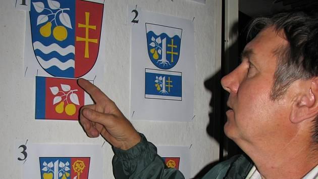 Barevné návrhy znaku a praporu byly zveřejněny v letním vydání babického zpravodaje a od počátku července jsou vystaveny na panelu ve vestibulu obecního úřadu.