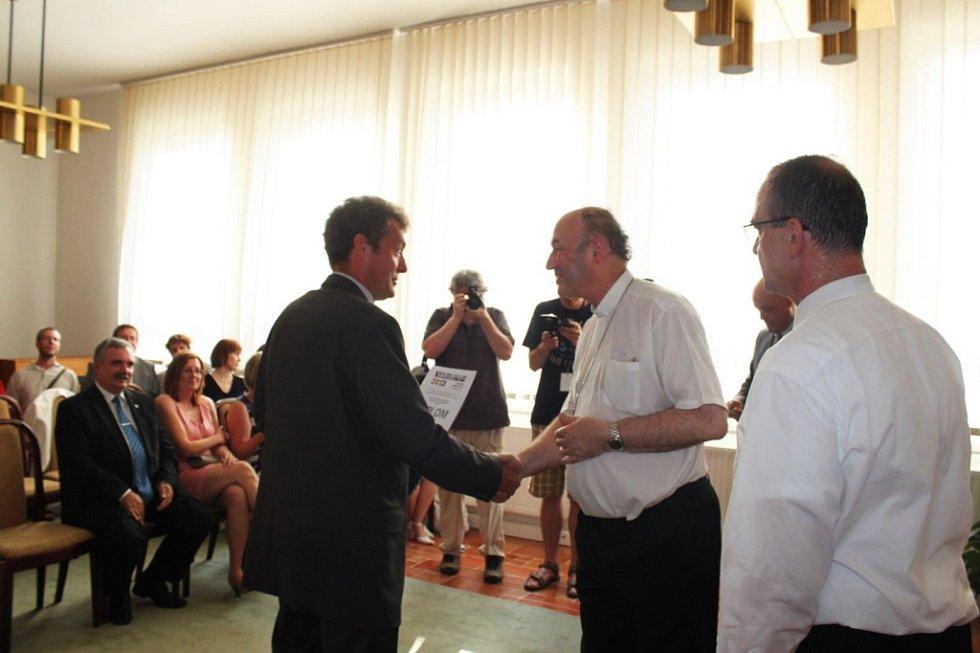 4.MÍSTO. Arcibiskup Graubner blahopřeje k pěknému umístění starostovi Boršic Romanu Jílkovi.