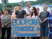 Davy místních obyvatel v Podolí se shromáždily i s transparenty na demonstraci proti odvolání starostky Jany Rýpalové.