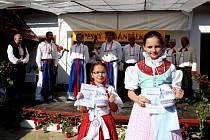 Kristýnka Odstrčilíková z Jalubí (vlevo) zvítězila v kategorii žáků prvních až třetích tříd, Pavlínka Šedová z Buchlovic v kategorii žáků čtvrtých a pátých tříd.