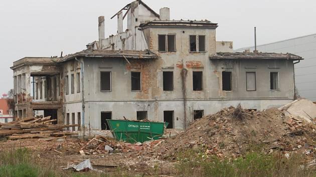 Zatímco dvě vily bratří Mayů byly ve Starém Městě už zbourány, poslední budova bude zdemolována 30. dubna.