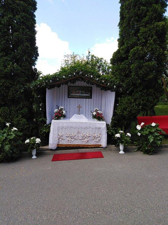 Boží tělo v Dolním Němčí. Svatostánek v Komenského ulici.