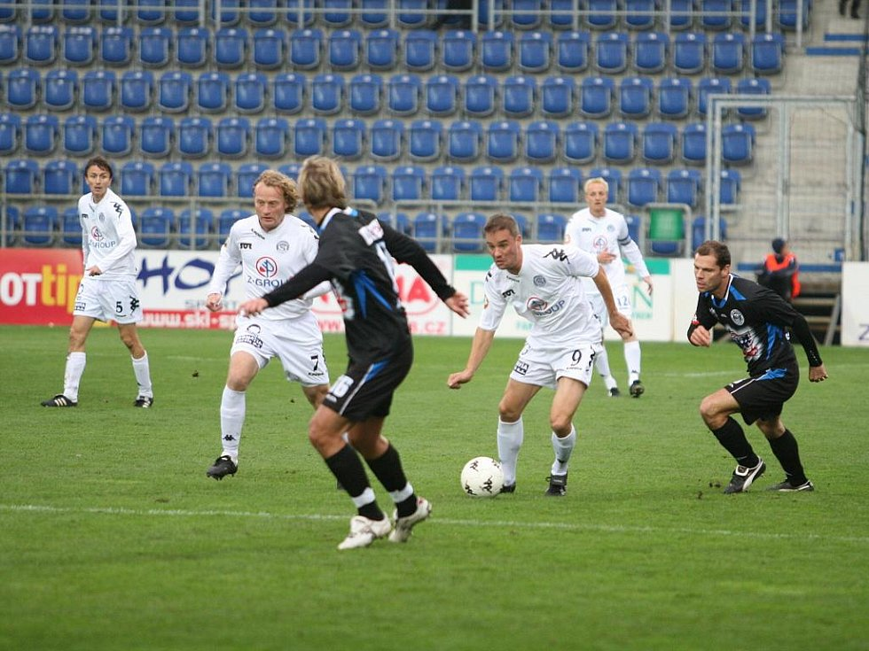 Míč si kryje Petr Švancara, který nahrával na druhý gól Slovácka.  S číslem 7 Lukáš Zelenka autor úvodní branky zápasu.