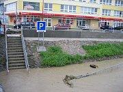 Stav řeky Moravy v Uh. Hradišti v pondělí 17. května okolo 18. 00. Podchod pod Moravním mostem.