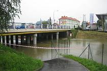 Stav řeky Moravy v Uh. Hradišti v pondělí 17. května okolo 18. 00.Cyklostezka  u Baťáku.