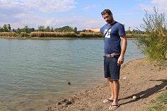 Jakub Zedek ukazuje na místo, kde se začal topit jeho známý Jirka. Zachránit se mu podařilo nakonec pouze jeho syna.